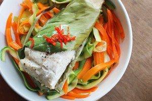 Peixe na folha de bananeira com talharim de legumes_F&F