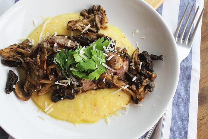 Polenta cremosa com fraldinha grelhada e cogumelos na manteiga2_F&F
