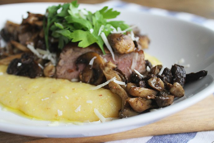 Polenta cremosa com fraldinha grelhada e cogumelos na manteiga_F&F