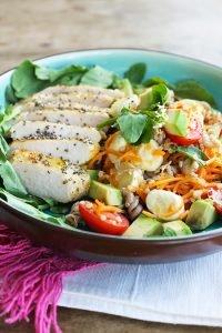 Filé de Frango em crosta de chia com salada de parafuso_Figos & Funghis